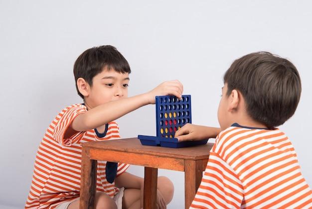 Kleiner junge spielt vier spiel weichzeichner bei augenkontakt