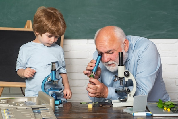 Kleiner junge und lehrer im naturwissenschaftlichen unterricht