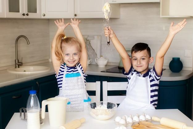 Kleiner junge und mädchen kochen zusammen