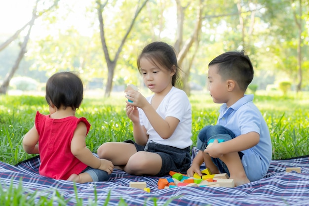 Kleiner junge und mädchen spielt für idee und inspiration mit bauklotz