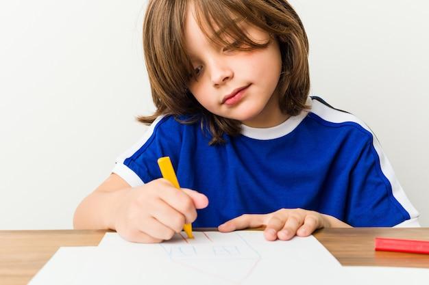 Kleiner junge zeichnen