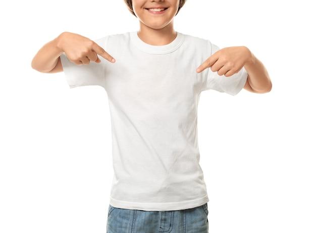 Kleiner junge zeigt auf sein t-shirt