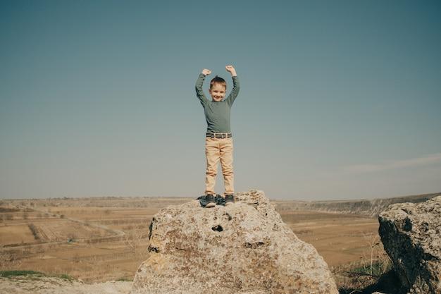 Kleiner junger kaukasischer junge in der natur, kindheit