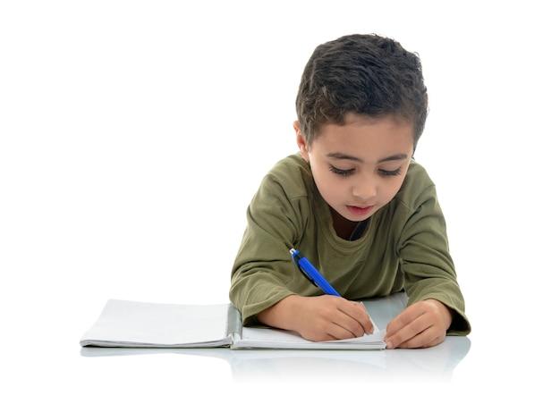 Kleiner junger schüler, der studiert