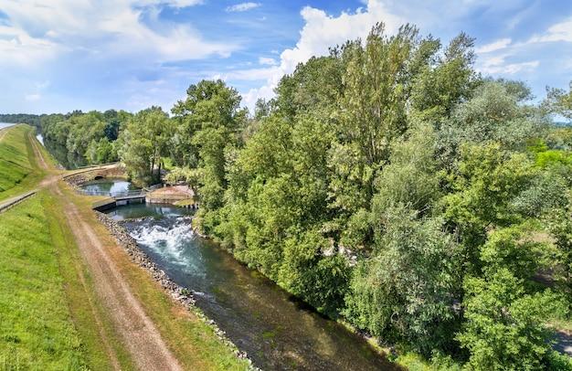 Kleiner kanal entlang des rheins in bas-rhin - frankreich, grand est