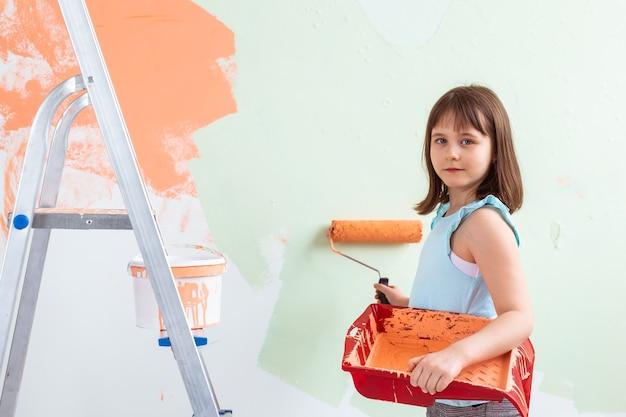 Kleiner kindermaler, der renovierungswand tut