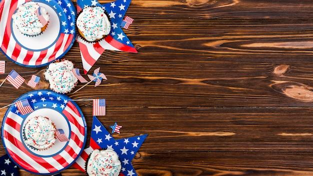 Kleiner kuchen auf plattensternen und -flaggen mit bild der amerikanischen flagge