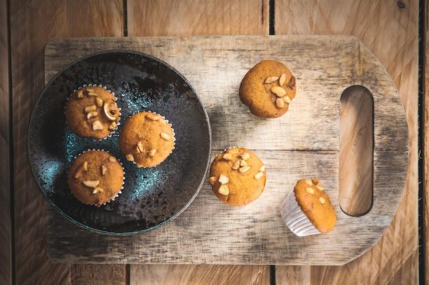 Kleiner kuchen gemacht vom bananenmilchpulver auf bretterboden.