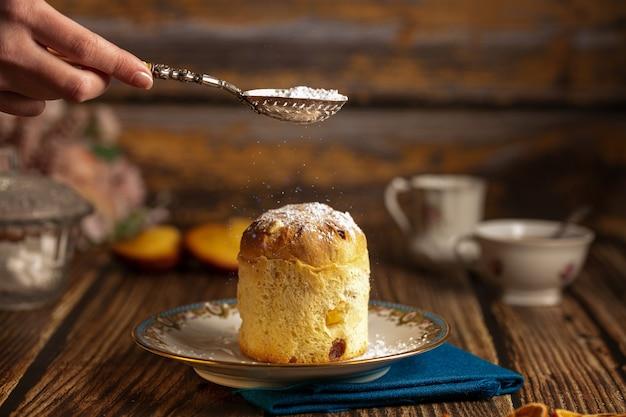 Kleiner kuchen in einem teller auf einem holztisch