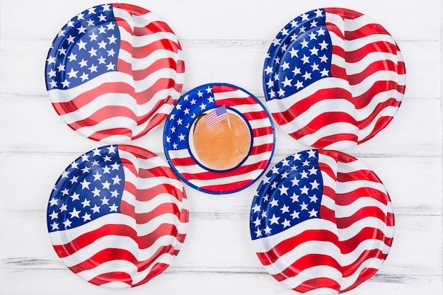 Kleiner kuchen mit amerikanischer flagge und platten im bild der amerikanischen flagge