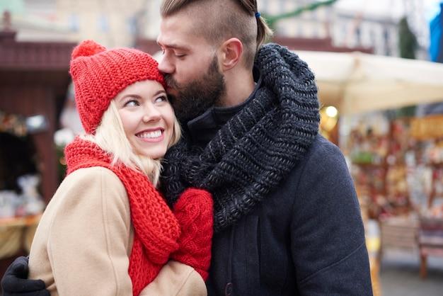 Kleiner kuss auf dem weihnachtsmarkt