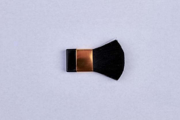 Kleiner make-up-pinsel lokalisiert auf weiß. make-up-tool und kopierraum.