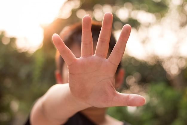 Kleiner missbrauchter junge, der seine hand hält. konzept der häuslichen gewalt