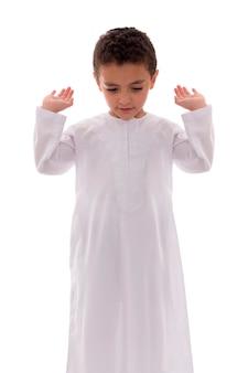 Kleiner muslimischer junge, der betet
