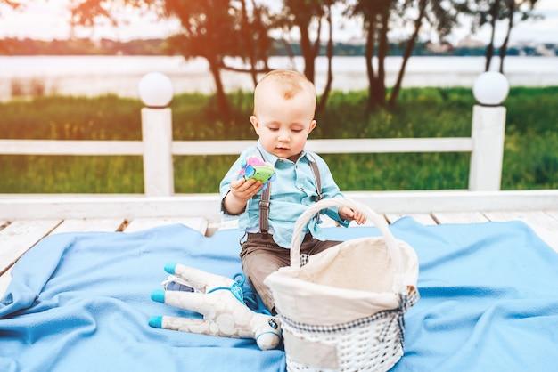 Kleiner netter junge, der im freien im park spielt