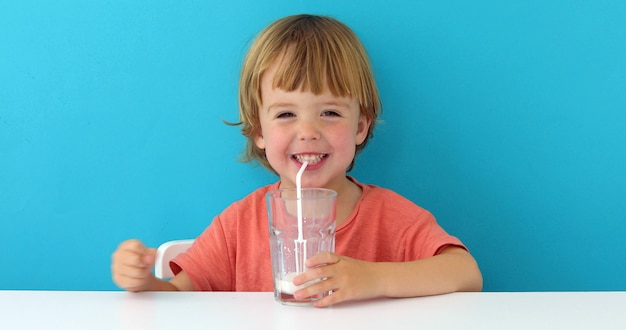 Kleiner netter junge trinkt milch