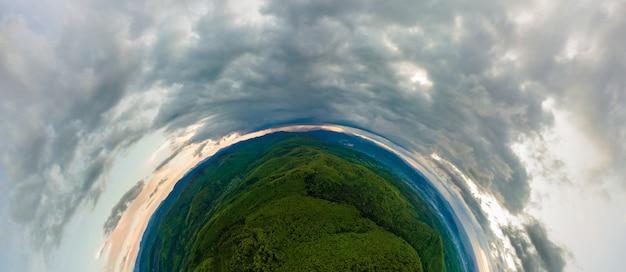 Kleiner planet mit dunklen berghügeln, bedeckt mit grüner mischkiefer und üppigem wald.