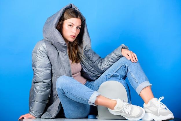 Kleiner rucksack. ästhetisch ansprechender stil. inspirierende garderobe. moderner stil. streetstyle. mädchen tragen modische kleidung. sehen sie modisch aus. gezielte schichten sind der perfekte weg, um wärme zu erzielen.