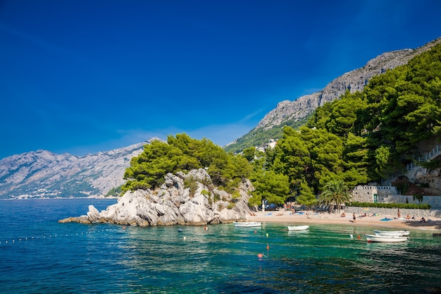 Kleiner schöner podrace strand in brela, makarska riviera, kroatien