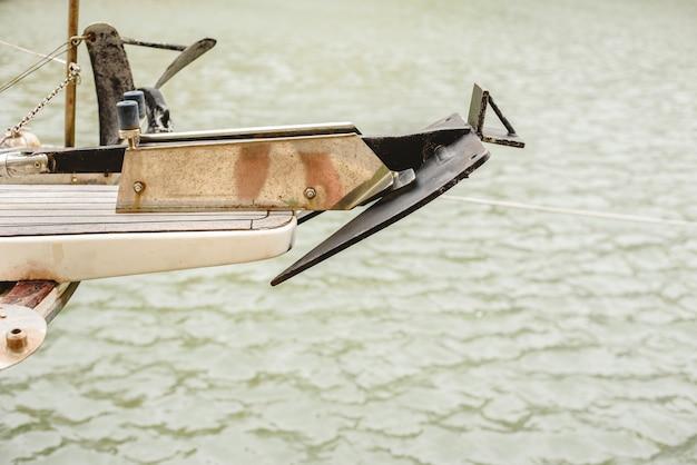 Kleiner segelbootanker auf dem plattform des bootes.