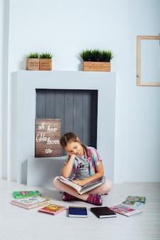 Kleiner student, der ein buch liest. das konzept von bildung und kindheit.