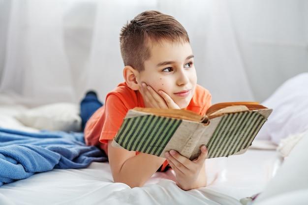 Kleiner student, der ein buch liest.