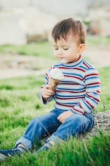 Kleiner süßer junge, der eis isst