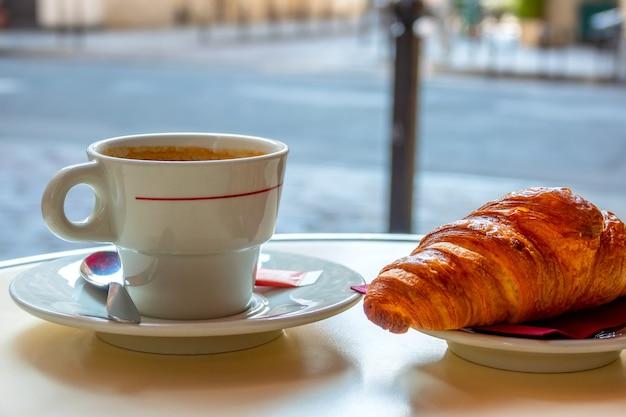 Kleiner tisch des straßencafés in paris am morgen