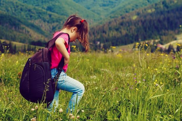 Kleiner tourist auf bergwanderung