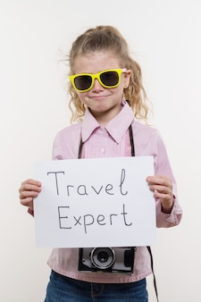 Kleiner touristenspezialist, kindermädchen mit einer fotokamera in der sonnenbrille
