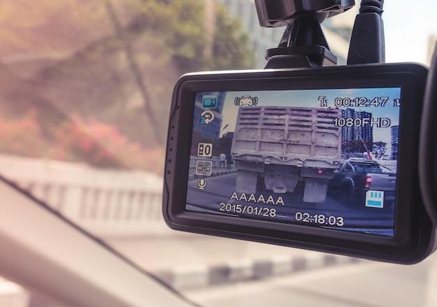 Kleiner videorecorder auf einem echten spiegel