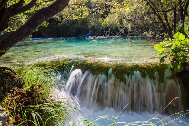 Kleiner wasserfall im plitvicer seen-nationalpark, kroatien