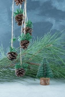 Kleiner weihnachtsbaum auf marmorhintergrund. hochwertiges foto