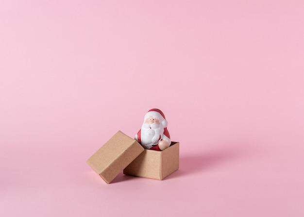 Kleiner weihnachtsmann mit geschenkboxen