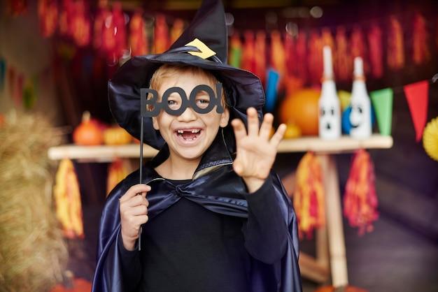 Kleiner zauberer, der versucht, beängstigend zu sein