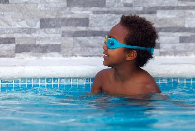 Kleines afrikanisches kind im pool