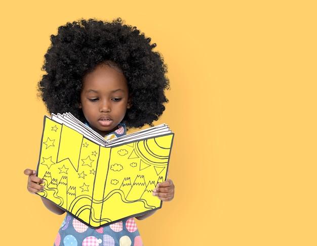 Kleines afrikanisches mädchen, das ein buch liest