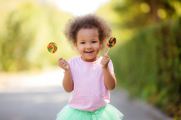 Kleines afroamerikanermädchen im sommer auf einem weg