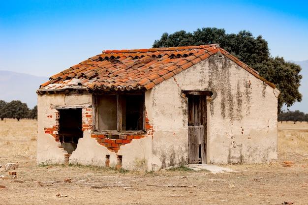Kleines altes haus mit dem eingestürzten dach