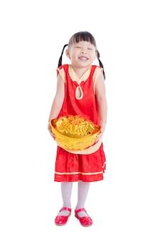 Kleines asiatisches lächelndes mädchen beim halten des geldes