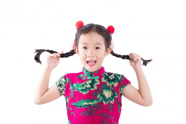 Kleines asiatisches mädchen im kostüm des traditionellen chinesen