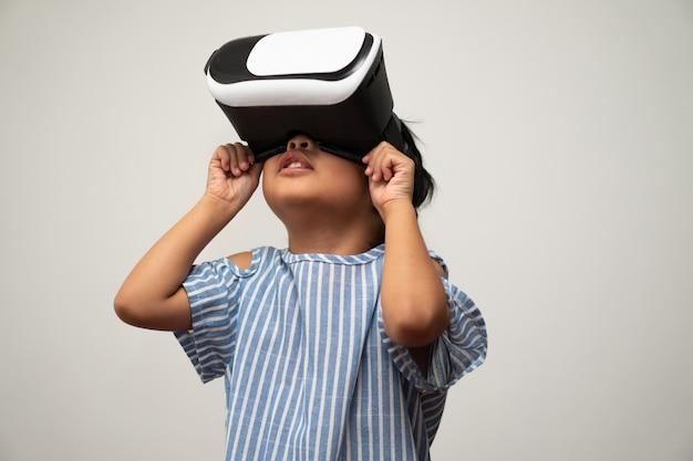Kleines asiatisches mädchen mit virtual-reality-headset ist aufregend für neue erfahrungen.