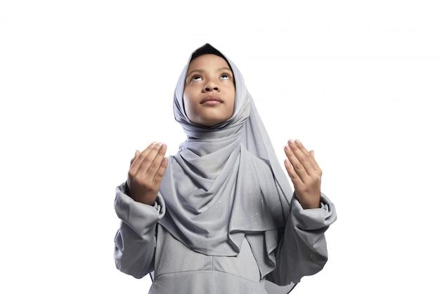 Kleines asiatisches moslemisches mädchen, das zum gott betet