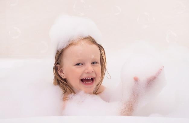 Kleines baby badet mit schaum