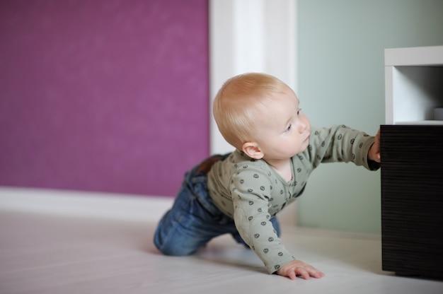 Kleines baby, das zu hause spielt
