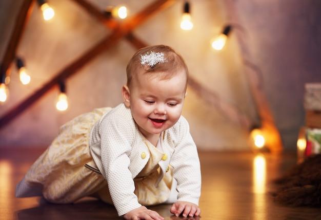 Kleines baby in einem lächelnden kleid