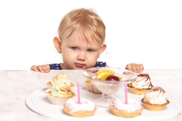 Kleines baby mit süßigkeiten