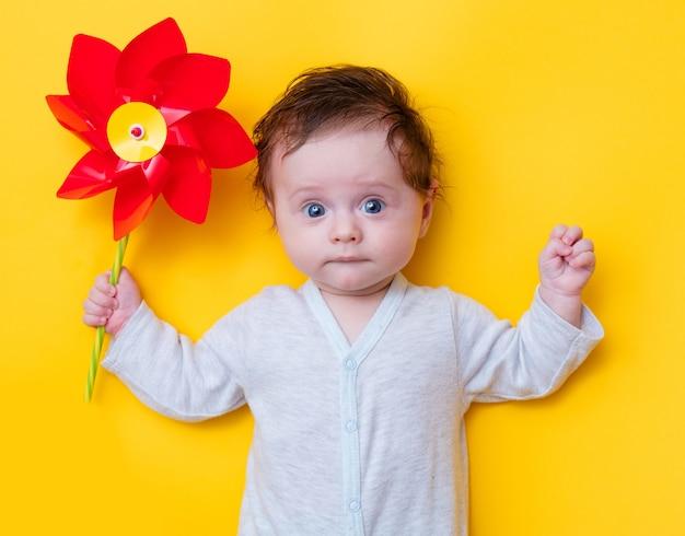 Kleines baby mit windradspielzeug