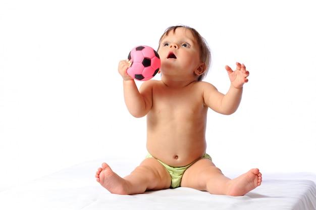 Kleines baby spielt mit kleinem fußball