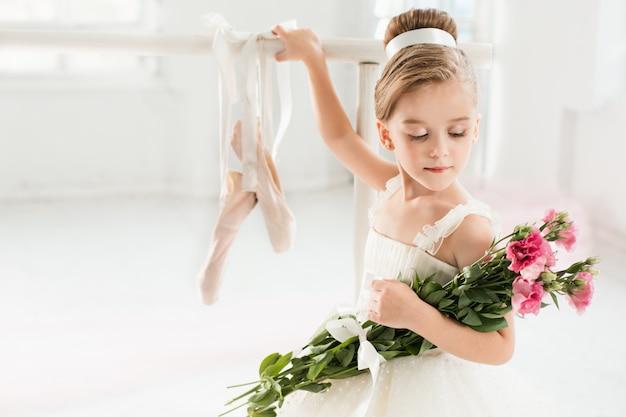 Kleines ballerina-mädchen in einem tutu. entzückendes kind, das klassisches ballett tanzt
